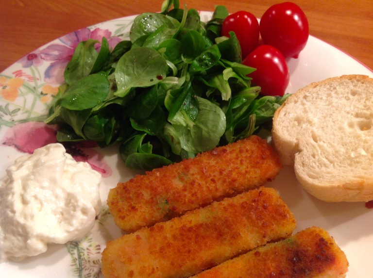 Veggie fingers, salad, bread and vegan garlic mayonnaise