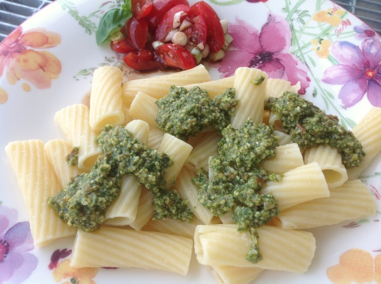 Vegan pesto with pasta and tomato salad